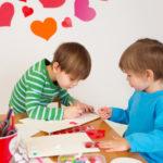 Organiser un atelier carte de saint-valentin durant un baby-sitting