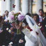 Choisir le bouquet de fleurs de la mariée.
