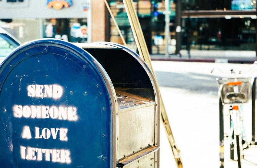 Vous êtes à l'autre bout du monde et vous vous rendez compte qu'il est difficile de comprendre les services postaux du pays dans lequel vous êtes. Voici quelques conseils pour que vous puissiez envoyer des cartes postales depuis l'étranger. Comptez une dizaine de jours pour que vos destinataires reçoivent votre carte.